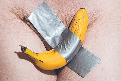 photo banane scotchée sur le pubis art